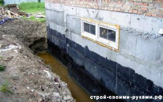 Фундамент зданий изолируют от стен листами рубероида пропитанного смолой